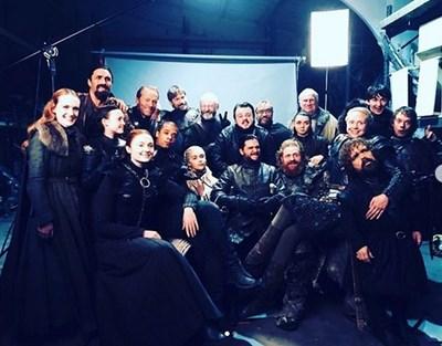 Много от актьорите си пуснаха общи снимки с колегите за финала на сериала.  СНИМКА: ИНСТАГРАМ