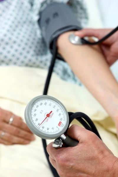 За хипертонична криза се говори, когато показанията на апарата се вдигнат рязко над 180/120 милиметра живак (mmHg).