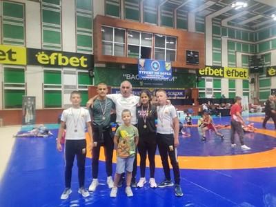 Недялко Петров със състезателите от Елена