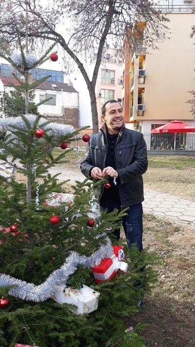 Районният кмет Ральо Ралев се включи в украсяването на елхата