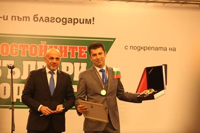 Вицепремиерът Томислав Дончев и носителят на златния ритон Кирил Петков.