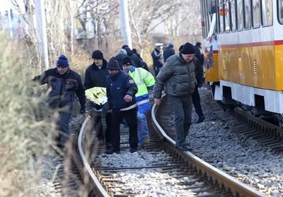 Мъж премазан между 2 трамвая след верижна катастрофа, гледал в смартфона си (Обзор)