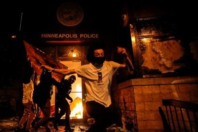 Протестиращите в американския град Минеаполис опожариха полицейски участък СНИМКИ: Ройтерс
