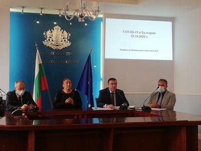 Министрите на образованието и здравеопазването Красимир Вълчев и Костадин Анелов и държавният здравен инспектор Ангел Кунчев на брифинга.