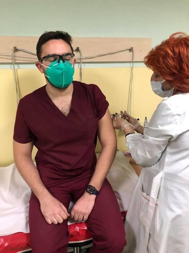Тодор Кунчев се ваксинира срещу коронавируса СНИМКА: Фейсбук/Angel Kunchev