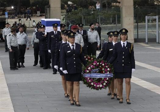 Охранителки на израелския парламент предвождат процесията с ковчега с тленните останки на експремиера Ариел Шарон. Той ще бъде погребан днес.