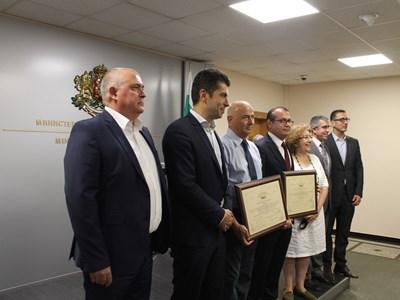 Министърът на икономиката Кирил Петков връчи сертификатите за инвестиция на трите компании.