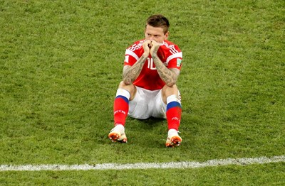 Смолов страда след изпуснатата дузпа срещу Хърватия. СНИМКА: РОЙТЕРС