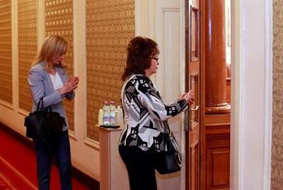 Дезинфектанти за ръце бяха поставени до входовете на пленарната зала в Народното събрание вчера.  СНИМКИ: ВЕЛИСЛАВ НИКОЛОВ