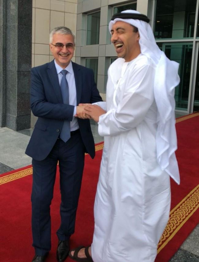 Посланик Румен Петров и външният министър на Обединените арабски емирства шейх Абдула бин Зайед ал Нахаян демонстрират дружески отношения в Абу Даби. По това време Петров е специален съветник на Захариева по арабските въпроси.