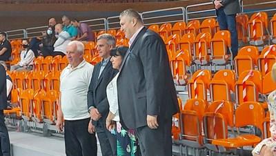 Служебният премиер в компанията на Любо Ганев и на новата шефка на залата Евелина Апостолова. Снимка: Марица.бг