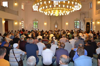 Стотици мюсюлмани изпълниха джамиите в Кърджалийско в първия ден на Курбан Байрям СНИМКА: Ненко Станев