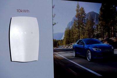 Милиардерът Елън Мъск се надява все повече домакинства да ползват акумулаторите на компанията му както за енергия в къщите си, така и при електрическите коли.