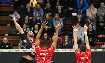 """Соколов опитва да забие топката над двойната блокада на """"Пиаченца"""", изградена от Леонел Маршал и Аймоне Алети."""