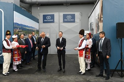 """Премиерът Бойко Борисов обеща държавата да изпълни ангажимента си да осигури магистрала """"от Севлиево до Германия"""" по време на церемонията по откриването на обновената мощност. Лентата прерязаха той и изпълнителният директор на Ideal Standard International Торстен Тюрлинг във вторник."""