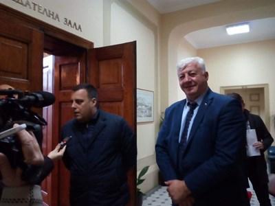 Здравко Димитров излезе усмихнат от срещата с районните кметове. Снимка: 24 часа