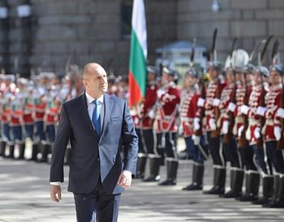На Деня на Европа - 9 май, президентът Радев прие почетния караул на гвардейците. СНИМКА: Йордан Симеонов