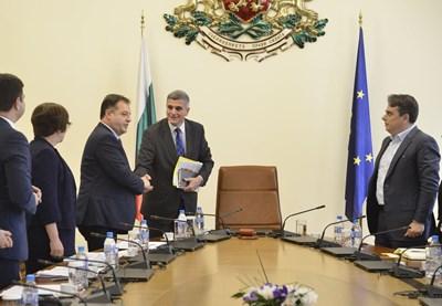 Премиерът Стефан Янев поздравява кмета на Велико Търново Даниел Панов преди срещата на правителството с общините.  СНИМКА: ЙОРДАН СИМЕОНОВ