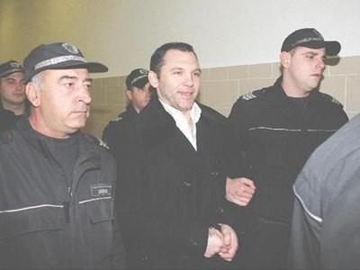 Водят Златомир Иванов към съдебната зала.