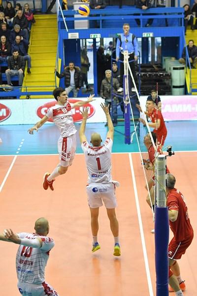 Георги Братоев подава топката към своя брат близнак Валентин (номер 10) преди да получи травмата. СНИМКА: Lap.bg
