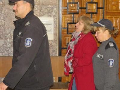 Водят с белезници шефката на ТЕЛК-Ловеч в съдебната зала СНИМКА: Дима Максимова