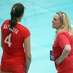 Светлана Сафронова дава указания на една от своите състезателки.