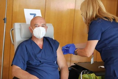 Ген. Мутафчийски пръв постави трета доза ваксина СНИМКА: Вма