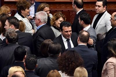 Maкедонският премиер Зоран Заев се поздравява с колегите си в парламента след гласуването на промяната на името на Македония  СНИМКА: Ройтерс