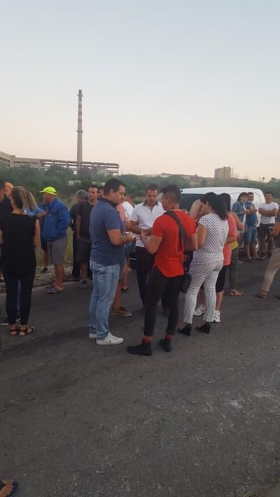 Кметът на Раковски Павел Гуджеров /вляво/ е сред протестиращите пред завода за отпадъци в Шишманци. Снимки: 24 часа