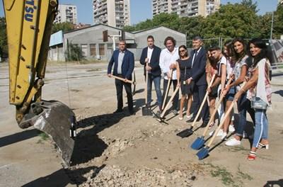 Направиха първата копка на новия спортен комплекс СНИМКА: Евгени Цветков