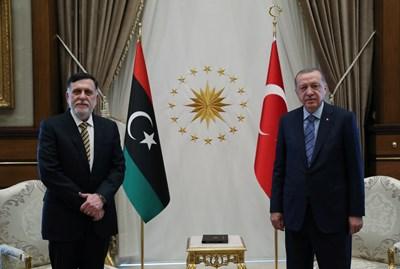 Премиерът на международно признатото Правителство на националното съгласие в Либия Файез Сарадж и турският президент Реджеп Тайип Ердоган СНИМКИ: Ройтерс