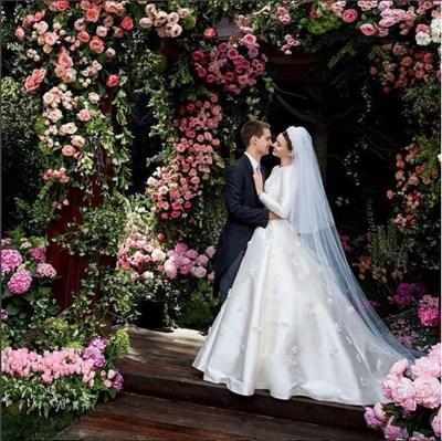 Роклята била вдъхновена от актрисата Грейс Кели и роклята, която тя носеше на сватбата си с принца на Монако Рение. СНИМКА: Инстаграм