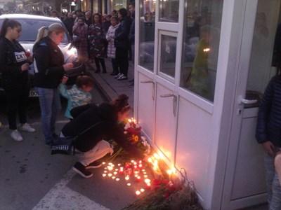 Привечер в понеделник десетки жители на Кюстендил се събраха на бдение със свещи, за да почетат паметта на убития при мелето Валери Дъбов