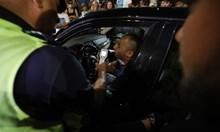 Шофьор мина през крака на протестиращ, тестваха го за наркотици (снимки)