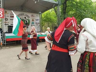 Караянчева поведе хорото с трибагреника