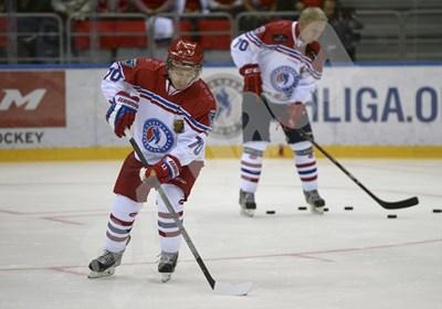 Владимир Путин атакува противниковата врата с шайбата по време на хокейния мач в Сочи. СНИМКА: 24 часа
