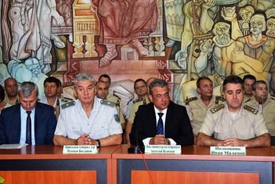 Старият и новият началници на Военния университет и зам.-министърът на отбраната по време на церемонията