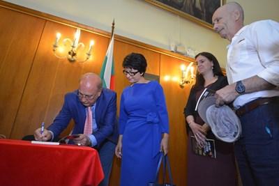 Георги Марков дава автограф на депутата от ГЕРБ Десислава Атанасова. До тях с книга в ръце е унгарският посланик Текла Харангозо. СНИМКИ: ЙОРДАН СИМЕОНОВ