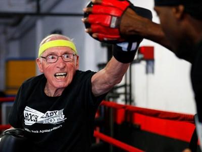 Възрастни хора с болест на Паркинсон тренират бокс в САЩ. Изследвания доказват, че упражненията увеличават нивата на допамин в мозъка, което значително намалява симптомите. СНИМКА: РОЙТЕРС