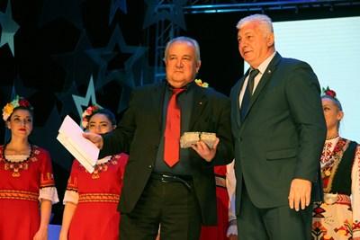 Кметът на Пловдив Здравко Димитров предаде пластиката на представителя на Риека СНИМКА: Снимка: Евгени Цветков