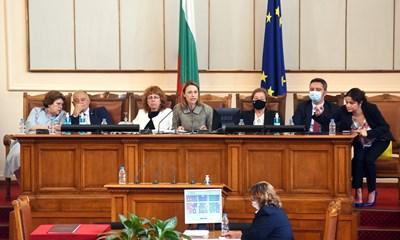 Ива Митева (в средата) заедно със заместниците и? от останалите парламентарни групи, които се качиха на трибуната при нея след избора им.  СНИМКИ: ВЕЛИСЛАВ НИКОЛОВ И НИКОЛАЙ ЛИТОВ
