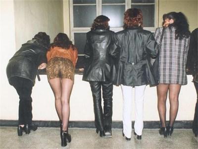 Полицията в Бургас периодично прибира някои от жриците на любовта.  СНИМКА: ЕЛЕНА ФОТЕВА