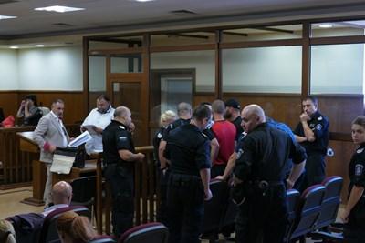 Обвинените, заснети в съда. СНИМКА: Пиер Петров