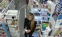 Полицията в Пловдив издирва две крадли на маркови парфюми (Снимки)