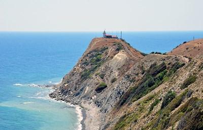 Фарът на нос Емине - там, където Стара планина влиза в Черно море. СНИМКА: Иван Михалев
