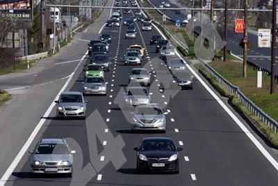 Кандидатите за шофьори ще се движат и в тежък трафик, за да придобиват умения за шофиране в града. СНИМКА: 24 часа