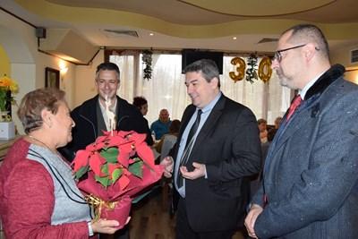 Инж.Добромир Добрев, Димитър Николов и Пламен Мадемов подариха коледна звезда на Клуба на инвалида