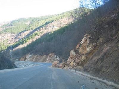 Камъни се къртят от ската край пътя Девин - Михалково. Преди последните парламентарни избори Доган обещаваше инвестиции в района за милиарди.  СНИМКИ: ВАЛЕНТИН ХАДЖИЕВ