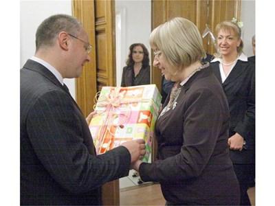 Станишев получава кутия с играчки от парламентарната шефка Цецка Цачева. На малката снимка - рожденикът показва уникалната монета от соцдепутатите. СНИМКИ: ИВАН СТОИМЕНОВ