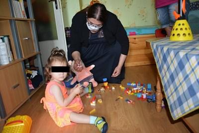 Заместник-министърът на труда и социалната политика Адриана Стоименова си играе с малкото момиченце.